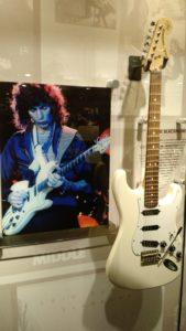 (Visita na Fábrica da Fender) É um músico inglês, conhecido por tocar guitarra nas bandas Deep Purple e Rainbow.