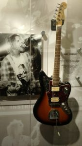 (Visita na Fábrica da Fender) Foi um cantor, compositor e músico norte-americano famoso por ter sido o fundador, vocalista e guitarrista da banda Nirvana