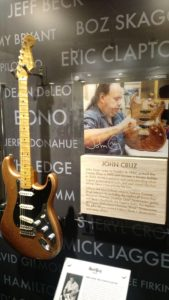 (Visita na Fábrica da Fender) John Cruz came to Fender in 1987, joined the Custom Shop in 1993 and became a Master Builder in 2003. Being a guitarist and understanding what a great guitar should look, feel and sound like has always been a top priority for him.