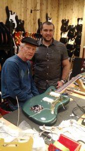 Luthier Music Kolor visita a fábrica da fender em Corona, Califórnia