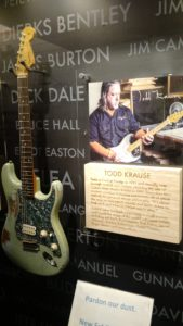 (Visita na Fábrica da Fender) Todd Krause has built exquisitely crafted custom instruments for many of the world's greatest artists, including Jeff Beck, Eric Clapton, Bob Dylan, David Gilmour, Robbie Robertson, Kenny Wayne Shepherd, Robin Trower, Roger Waters and many others.